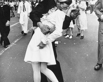 V-J Day in Times Square photograph by Alfred Eisenstaedt, in various sizes, Giclee Canvas Print