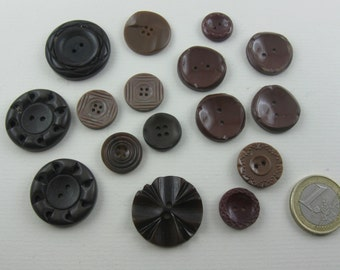 Vintage buttons convoluted. 16 ancient plastic buttons: Brown to reddish brown with decor. Approx. 0.9 to 2.7 cm. VINTAGE