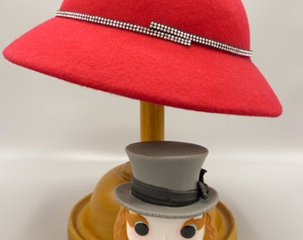 Cloche hat in red felt with black strip of shiny