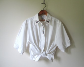 white blouse to tie at waist, button up shirt with embroidered collar, cropped top, vintage 80s 90s