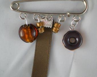 Broche010 - Broche beignet au chocolat rubans, perles et breloque