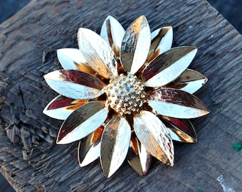 Gold Flower Brooch, Sarah Coventry Brooch, Gold Daisy Brooch, Gold Tone Flower Pin, Sarah Coventry Pin, Floral Jewelry, Flower Jewelry