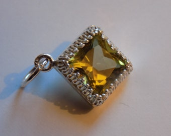 Flawless olive green topaz silver pendant 10mm