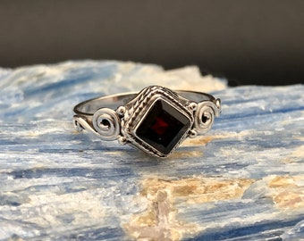 Garnet Silver Ring // 925 Sterling Silver // Braided Swirl Square Setting // Bali Garnet Ring