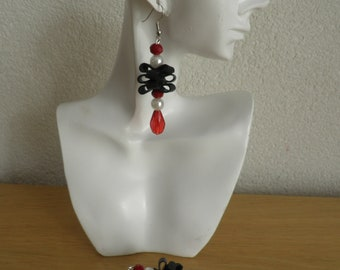 Earrings with white pearls and red beads. Recycled and original art. Earrings are 2,36 inches long and 0,79 inches wide.