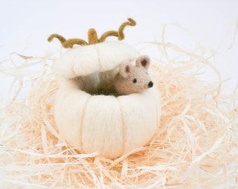 White pumpkin and beige mouse, Needle felt miniature, Halloween decoration, Table décor, Fall décor, Pumpkin decoration, Halloween gift