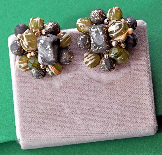 Vintage 1950s Clip on EARRINGS in Shades Of GRAY Beads and Seed Beads Cluster Beaded Wire Connected Excellent Condition