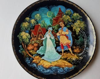 "Russian Fairy Tale Collector Plate from ""The Legend of the Snow Maiden"" Bradex 60-K24-1.4 dated 1990"