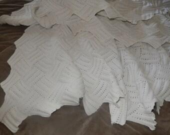 dessus de lit  ou jeté de canapé  pour déco shabby fait mains aux aiguilles,ancien ,en coton blanc