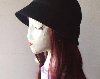 Bell woman roaring twenties-inspired hats
