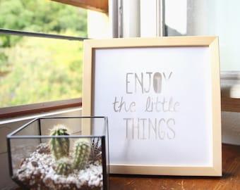 """Tableau typographie """"Enjoy the little things"""" en papier découpé blanc sur fond blanc, fait main, cadre 20x20cm"""