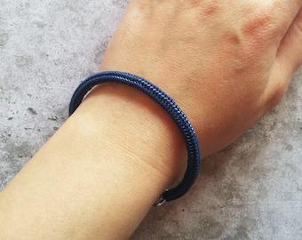 Bracciale rigido blu herringbone perline di vetro