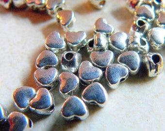 50 perles en metal mini coeurs couleur  argenté antique 3x4mm,