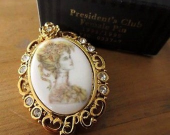 Avon Victorian Lady Gold Tone Porcelain Brooch Pin