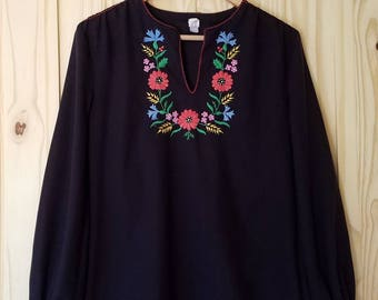 1970s Folk Peasant Blouse//Embroidered Flowers//Size Small