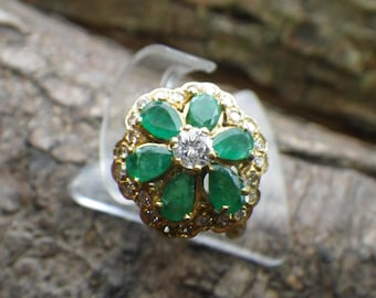 Beautiful 18ct Yellow Gold Emerald and Diamond Daisy Cocktail Ring