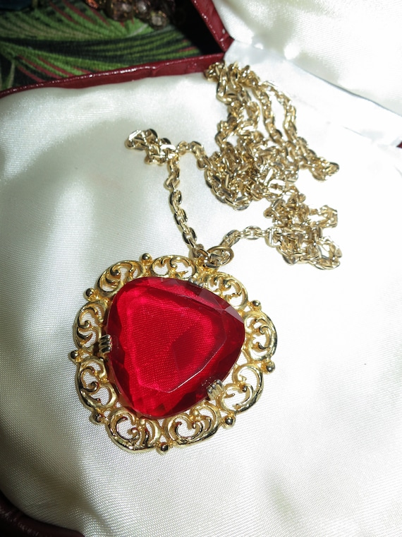 Lovely vintage gold metal large faceted ruby red glass pendant necklace