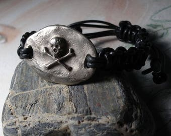 Unisex ajustable steampunk-gothic pirat bracelet, silver colour bronze skull & black leather macrame.  goldbronze or red copperpossible