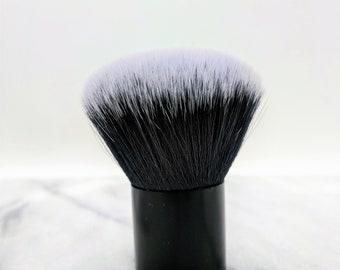 Kabuki brush for dry shampoo: vegan, cruelty-free