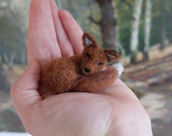 Tiny sleeping fox (needle felted)