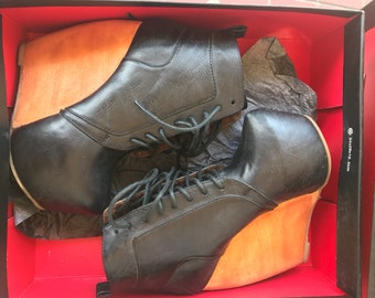 Leather Ankle Booties. Woman's Size: 5 1/2