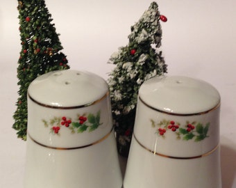 Vintage Classic Traditions CRANBERRY HILL Christmas Tableware