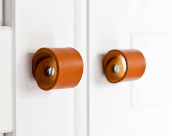 leather drawer pulls,poignée cuir, drawer pulls,door handle,leather door handles, leather knobs,poignée cuir,door pulls