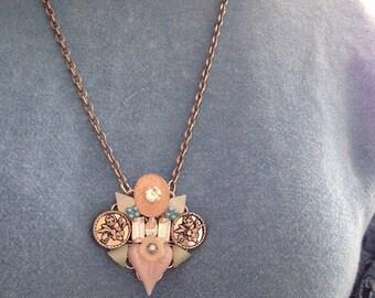 Collier avec pendentif feuille rose héritage