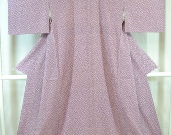 Vintage Japanese Silk Kimono in a lovely light purple, lilac, mauve, pattern with pretty little floral pattern