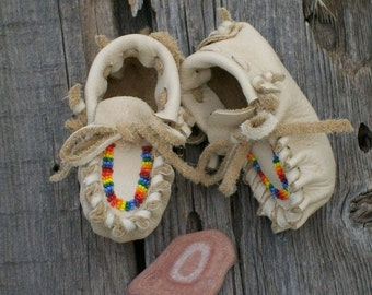 Beaded newborn moccasins ,   newborn baby moccasins ,   soft sole baby shoes , baby shower gift , custom made moccasins, soft baby shoes