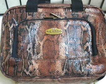 Etui Vanity esthétique vintage. Sac vintage, sac à main femme, sac de voyage, sac imprimé Animal, motif imitation reptile.  Crystel de Beverly Hills.
