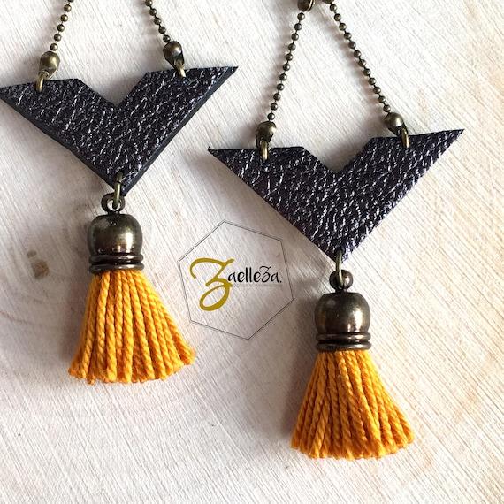 """Boucles d'oreille Chevron cuir noir brillant / Pompon jaune moutarde - modèle """"Krishna"""" Coll. HOLI // Zaelleza"""