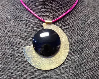 Pendant in black agate and brass