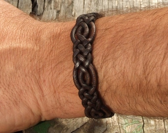 Special braided leather bracelet with toggle closure. (SZA13)