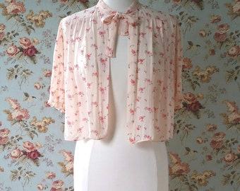 vintage 1940s bed jacket <> 1940s floral print bed jacket <> vintage pale peach bed jacket with flowers