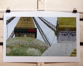 Fotografia a colori Stupa di Boudhanath,Nepal. Paesaggio orientale con bandierine di preghiera e occhi del Buddha 20x30 cm