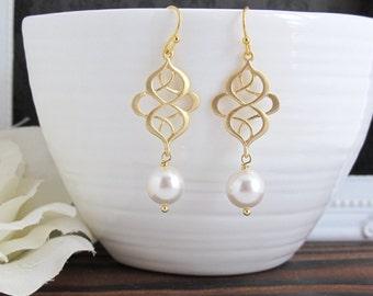 Modern Swirls Chandelier Drop Dangle Earrings. Matte Gold and Pearls Earrings. Modern Everyday. Bridesmaids Gift, Bridal Wedding Jewelry.