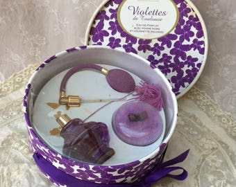 VIOLETTES BERDOUES Toulouse - Vintage GIFTBOX with Sprayer, Perfume, Powder Puff and Powder in a Floral Box w. Mauve Ribbon Bow