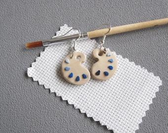Boucles d'oreilles palette de peintre et taches bleues en pâte polymère fimo, imitation bois,  idée cadeau maitresse, boucles oreilles bleue