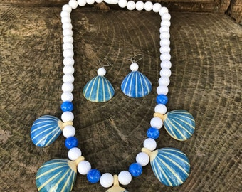 Vintage Avon Sea Shore scallop shell necklace and earring set from 1987