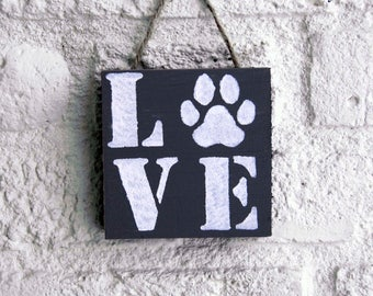 Wooden textboard  'Love' with paw print.