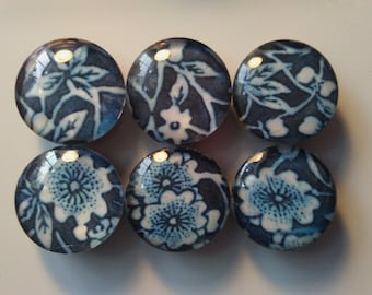 Blue and white floral magnet set