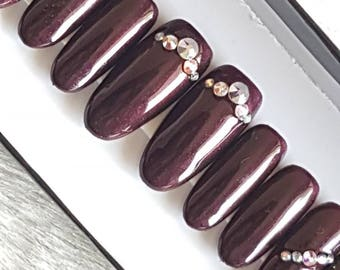 A Simple Christmas. Burgandy press on nails.Ingludes glue and tabs. Fake nails. Hand painted nails. Stick on false nails.