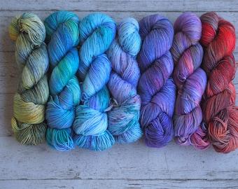 Fondu ensemble de 7-nuances de vert, bleu, fil de teint à la main Ourple Orange / / fil de chaussette Fingering poids / / châle mérinos ou pull ensemble