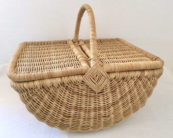 Beautiful quilted basket picnic rattan.