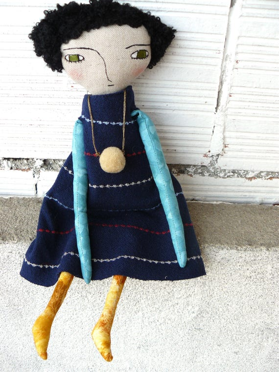 Art doll in cotton and linen. 32 cm. Black curly hair. Green eyes