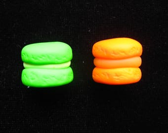 Set of 2 miniature Donuts green and orange Macarons in polymer clay cabochon - size 14mmx8mm