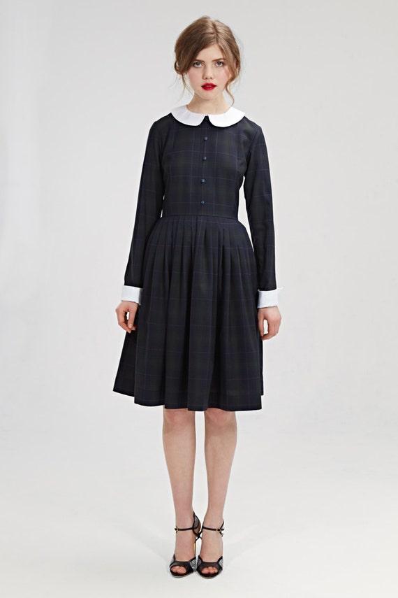 Benutzerdefinierte Reihenfolge. Schwarzes Kleid mit weißem