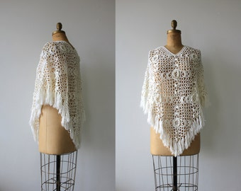 vintage 1970s crocheted poncho / 70s crochet cape / 70s floral knit poncho / cream winter white fringe cape / one size fits most