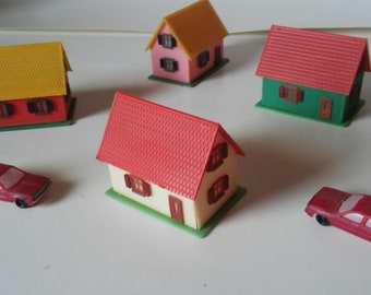 HO scale vintage plastic houses and cars